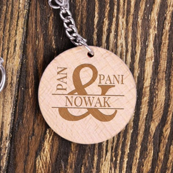 Dwa okrągłe breloki drewanine z nazwiskiem - Pan i Pani