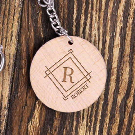 Dwa okrągłe breloki z drewna dla pary - monogramy