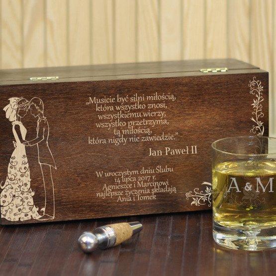 """Dwie szklanki w pudełku z grawerem- """"Młoda Para"""""""