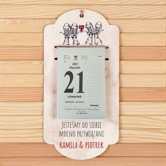 """Kalendarz na deseczce z nadrukiem- """"Jesteśmy do siebie mocno przywiązani"""""""
