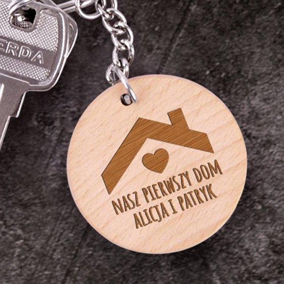 Okrągły brelok drewniany - Nasz Pierwszy Dom